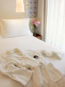 A bed or beds in a room at H10 Duque de Loule