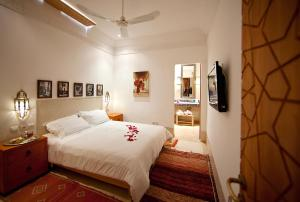 A bed or beds in a room at Riad Dar Justo Hotel Boutique & Spa