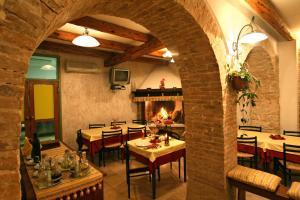 Ein Restaurant oder anderes Speiselokal in der Unterkunft Kastel Pansion Comfort