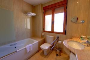 A bathroom at Hotel Balneario Parque de Cazorla