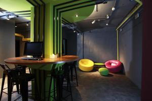 The business area and/or conference room at Backpackers Hostel - Ximen