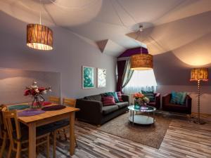 Ein Sitzbereich in der Unterkunft Lovely Prague Apartments - Truhlářská