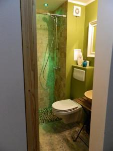 A bathroom at 12 O'Clock Studio Bucharest