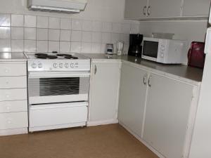 Ett kök eller pentry på Öje Vandrarhem & Turistgård