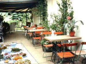 Ein Restaurant oder anderes Speiselokal in der Unterkunft Gasthaus-Pension Zum Brandweiher