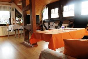 Ein Restaurant oder anderes Speiselokal in der Unterkunft Ferienwohnung Speth