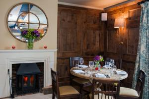 A restaurant or other place to eat at The White Hart, Overton