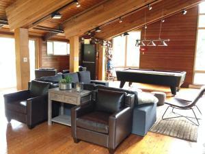 Ein Sitzbereich in der Unterkunft Whistler Lodge Hostel