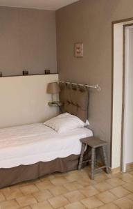 A bed or beds in a room at La Maison Orange 2