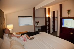 A bed or beds in a room at Grand Hotel and Studios