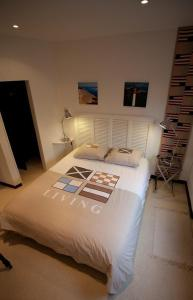 A bed or beds in a room at Le Comptoir Des Sables