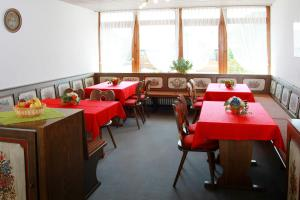 A restaurant or other place to eat at Schwarzwald-Pension Fechtig