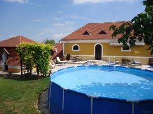 Der Swimmingpool an oder in der Nähe von Gombás Kúria Mansion Boutique B&B