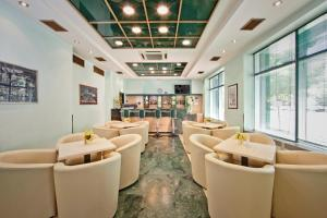 The lounge or bar area at Hotel Central