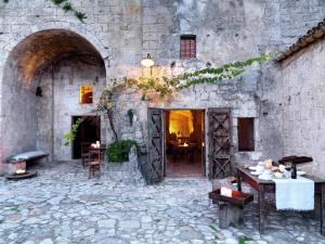 Un restaurante o sitio para comer en Sextantio Le Grotte Della Civita