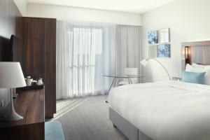 A bed or beds in a room at Courtyard by Marriott Amsterdam Arena Atlas