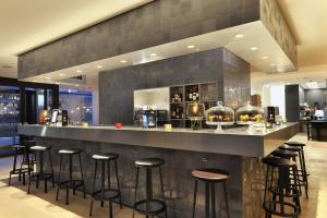 The lounge or bar area at Courtyard by Marriott Amsterdam Arena Atlas