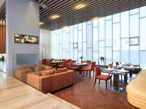 A restaurant or other place to eat at Hotel Manquehue Aeropuerto Santiago