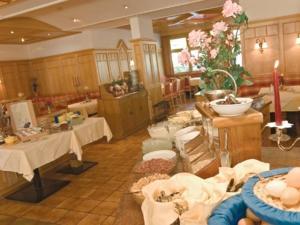 Ein Restaurant oder anderes Speiselokal in der Unterkunft Gasthof Pitztaler Hof