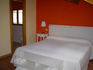 A bed or beds in a room at Hotel Balneario Almeida Dama Verde
