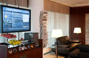 A television and/or entertainment centre at Courtyard by Marriott Duesseldorf Hafen