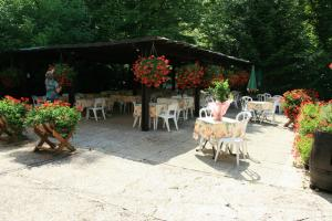 A restaurant or other place to eat at Logis Doubs Rivage