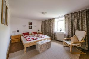 A bed or beds in a room at Happy Holiday Home