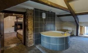 A bathroom at Gosforth Hall Inn