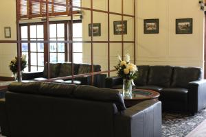 The lobby or reception area at Adelaide Inn