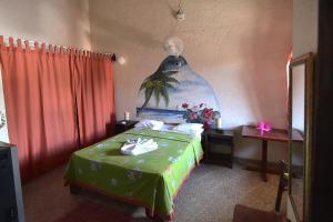 Een bed of bedden in een kamer bij Hotel El Rancho Sosua