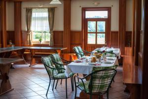 A restaurant or other place to eat at Farm Stay Kramer