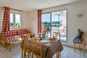 Restaurant ou autre lieu de restauration dans l'établissement Lagrange Vacances Villa Barbara