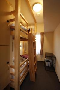 Tempat tidur susun dalam kamar di Hotel Palace Japan
