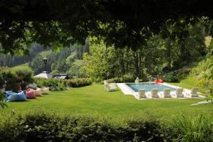Ein Garten an der Unterkunft Hotel Saalbacher Hof