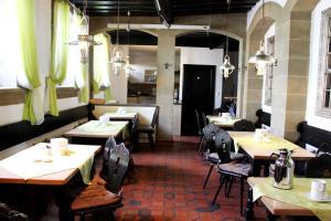 Ein Restaurant oder anderes Speiselokal in der Unterkunft Hotel Zum Goldenen Anker
