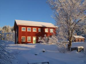 Allsta Gård Kretsloppshuset B&B during the winter