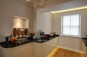 A kitchen or kitchenette at Farnham Hotel