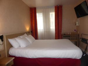 A bed or beds in a room at Hotel de Paris Saint Georges
