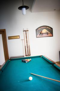 A pool table at Hotel Rural Vale Do Rio