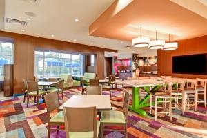 A restaurant or other place to eat at Fairfield Inn & Suites by Marriott Kamloops