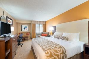 A bed or beds in a room at Crowne Plaza Dallas Near Galleria-Addison