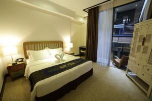 A bed or beds in a room at 1825 Gallery Hotel