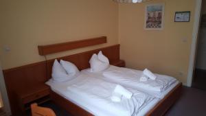 Ein Bett oder Betten in einem Zimmer der Unterkunft Hotel Ratskeller Lüchow