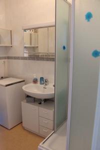 A bathroom at Bleu Soleil