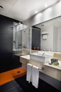 Ein Badezimmer in der Unterkunft Hotel Chamartin The One