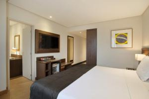 A bed or beds in a room at Windsor Brasília Hotel