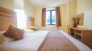A bed or beds in a room at Crompton Court Apartments