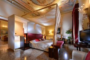 A bed or beds in a room at Ruzzini Palace Hotel