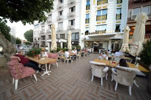 A restaurant or other place to eat at Babel Park Hotel