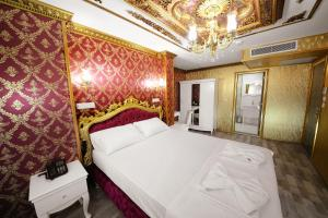 A bed or beds in a room at Babel Park Hotel